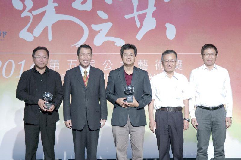 楊子葆(左二)頒發「卓越獎」獎盃給得獎機關中正大學代表及藝術家,肯定他們的貢獻。 (文化部提供)