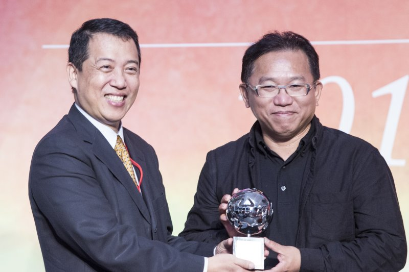 文化部次長楊子葆頒發「卓越獎」給得獎者藝術家顏名宏(文化部提供)