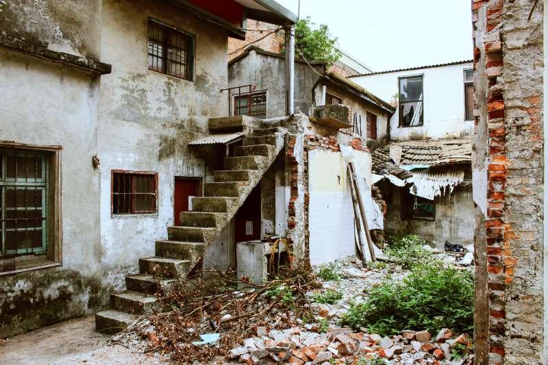 由於棄屍地點髒亂,幾乎無人走動,這16年來都沒人發現鐵桶藏屍(圖/安比小姐@flickr,示意圖,非當事房屋)