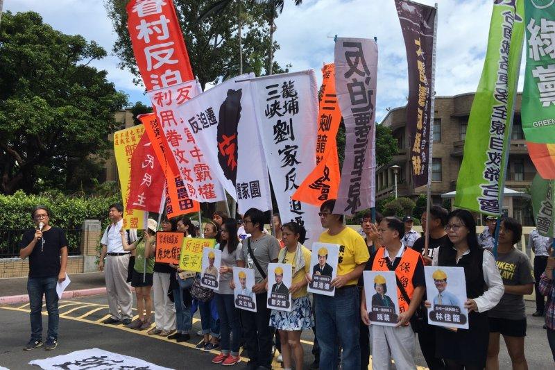反迫遷團體9月22日前往行政院前抗議,並「邀請」六都首長一起出席25日在凱道的遊行(尹俞歡攝)