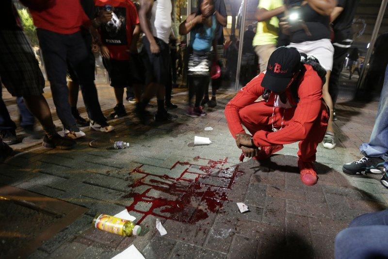 夏洛特市抗議種族歧視示威進入第二夜,一名男子疑似遭警方開槍擊中,生命垂危。(美聯社)