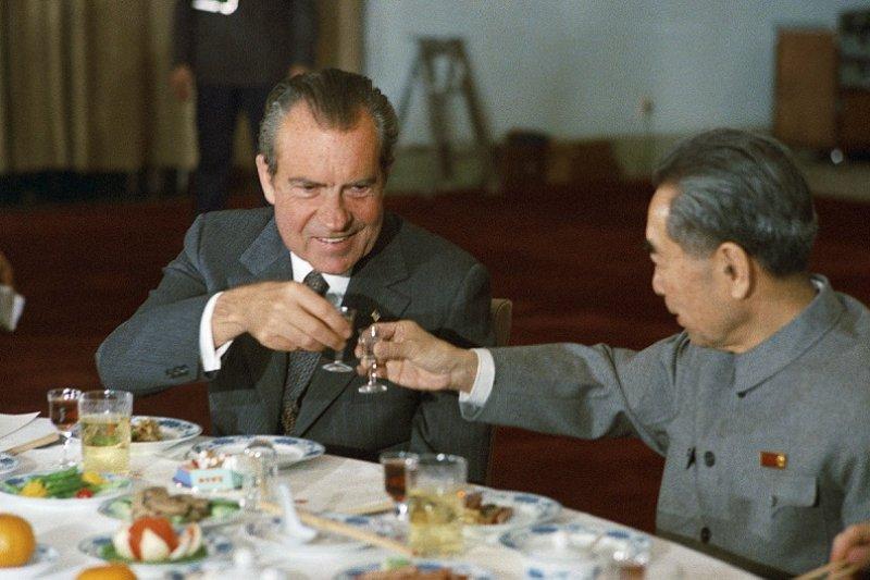 1972年尼克森訪問中國,與中華人民共和國國務院總理周恩來敬酒。(維基百科)