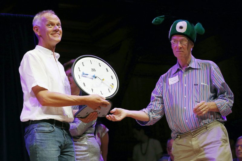 2016年搞笑諾貝爾獎頒獎典禮,左為醫學獎得主(AP)