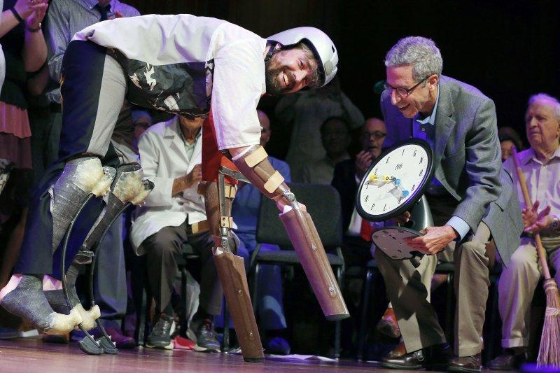 2016年搞笑諾貝爾獎頒獎典禮,生物學獎得主(AP)