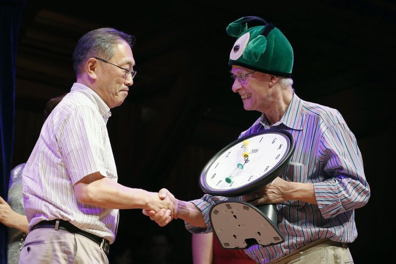 2016年搞笑諾貝爾獎頒獎典禮,左為知覺獎得主(AP)