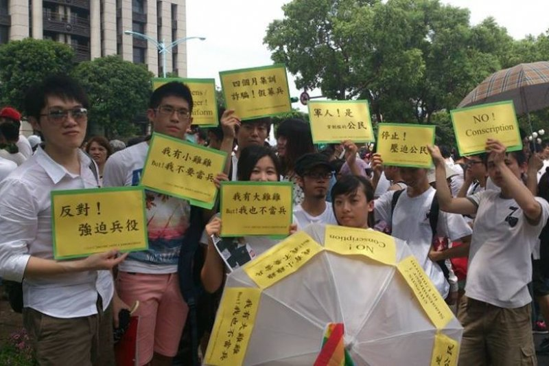 作者與志同友人參與2013年7月20日洪仲丘遊行。(作者提供)