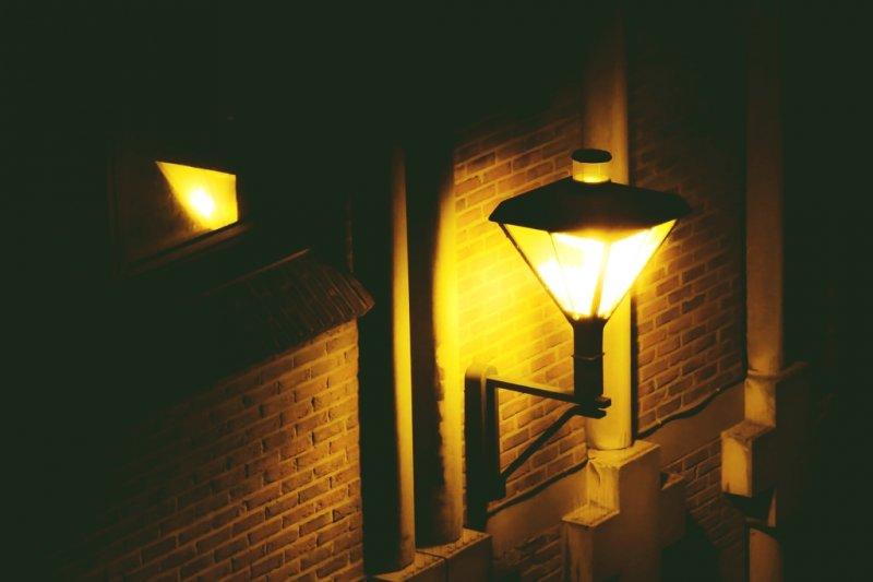 台灣有電燈始自何時?教科書上常扯成從清領時期的劉銘傳開始...(圖/Tasos Kostopoulos@flickr)