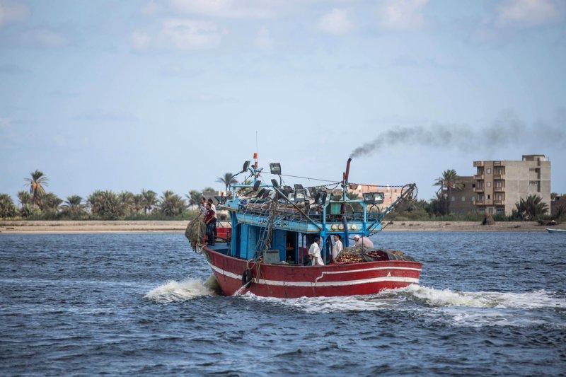 一艘由埃及(Egypt)港口城市羅塞塔(Rosetta)出發的人口走私難民船,於21日翻覆,附近的漁船也紛紛出動支援搜救行動(AP)