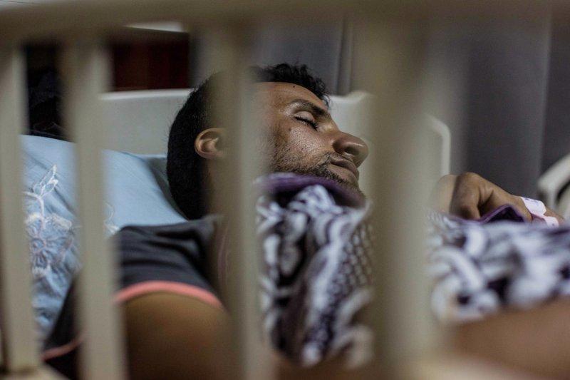 21日在埃及(Egypt)外海翻覆的一艘難民船,經過3天救援後,死亡人數來到300人,一名倖存者被拘留在當地醫院(AP)