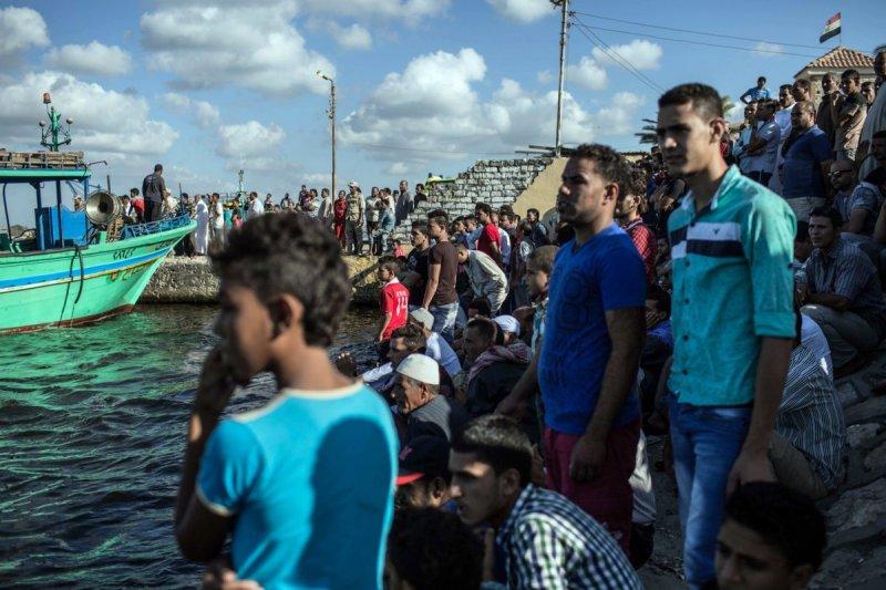 21日在埃及(Egypt)外海翻覆的一艘難民船,經過3天救援後,死亡人數來到300人(AP)
