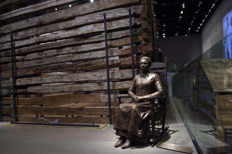曾為黑奴的美國黑人人權先驅布朗(Clara Brown)雕像。(美聯社)