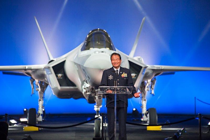 日本自衛隊航空幕僚長杉山良行盛讚身為第五代戰機的F-35A,將對日本空防帶來莫大助益。(洛克希德馬丁官網)