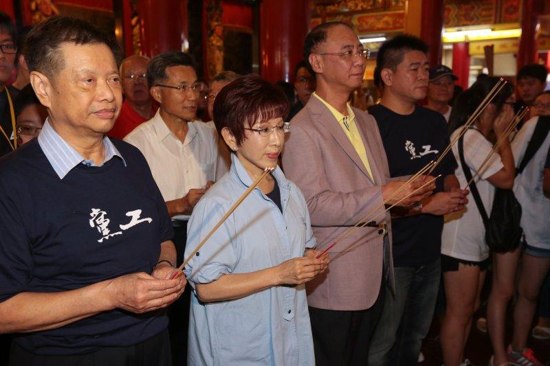 20160924-國民黨主席洪秀柱24日出席「我們都還在」青年音樂會活動,並至松山慈祐宮參拜媽祖。(顏麟宇攝)