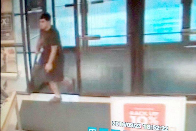 主嫌20歲的賽丁(Arcan Cetin)於23日晚間進入瀑布商場(Cascade Mall)後被監視器拍下。(AP)