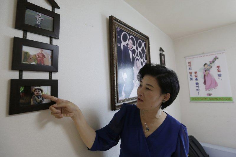 脫北者金正雅向記者介紹自己留在中國的兒子。(美聯社)