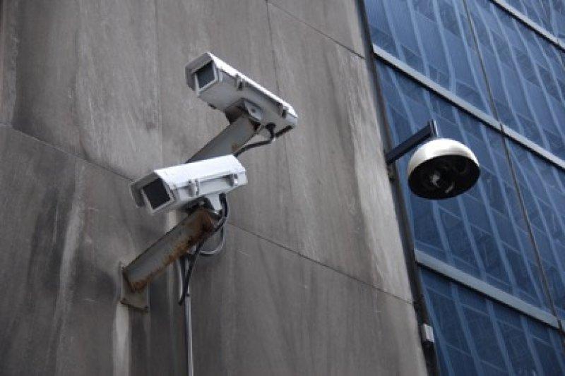 瑞士通過公投,未來瑞士情報部門得依法對國民個人電話、電子郵件等進行監控,並可安裝隱形監視器與竊聽器。(Jonathan McIntosh@Flickr/CC BY 2.0)