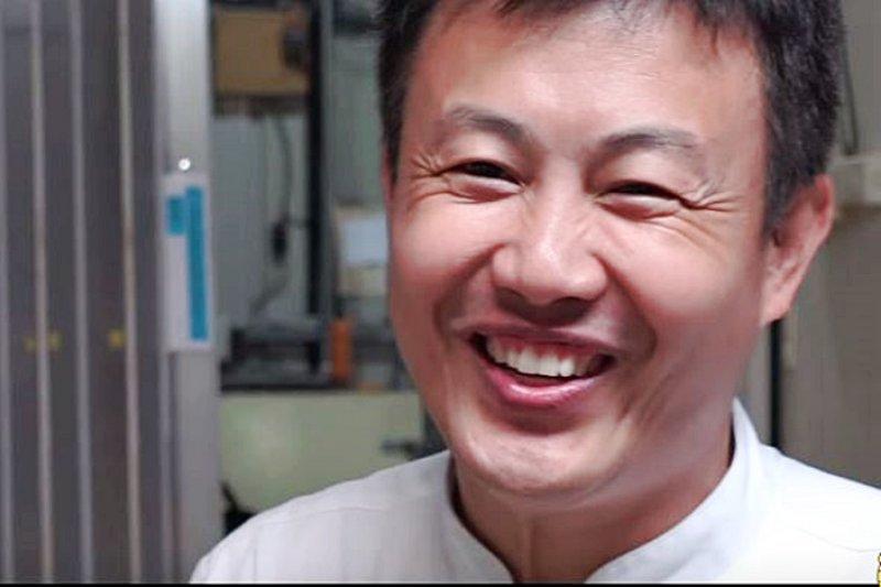 他退伍後到了京都學習傳統古早味漢餅技藝,帶回高級正統布丁做法。(翻攝自YouTube)