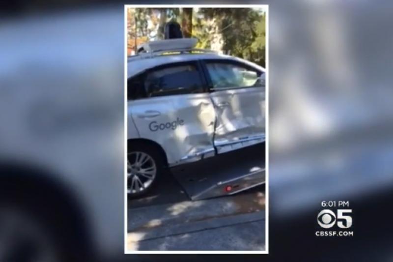 谷歌自駕車發生嚴重車禍。(取自騰訊科技網)