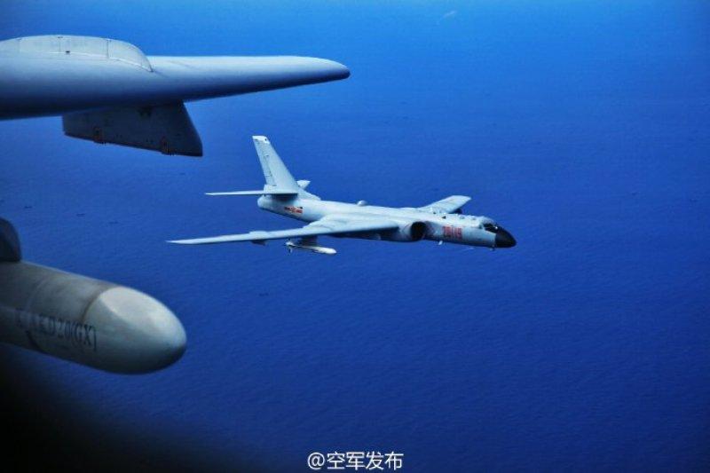 中國軍機在西太平洋上空進行訓練。(空軍發布微博)