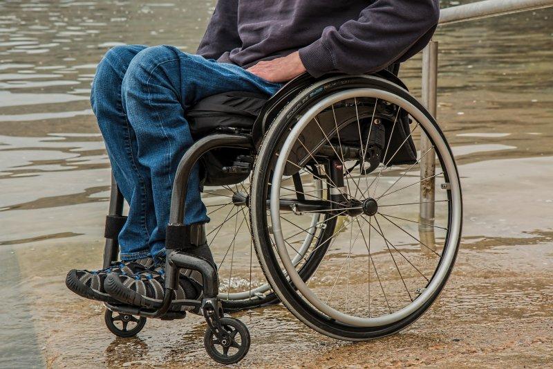 身障者出遊常遇環境障礙卡關,如飯店浴室有門檻、洗澡椅會滑、障礙房太少,每一趟旅程都像「冒險王」。(此為示意圖,取自Pixabay)