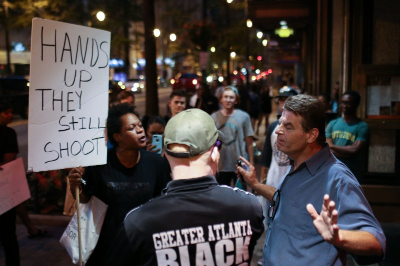 民眾在街頭抗議警方濫殺黑人。(美聯社)