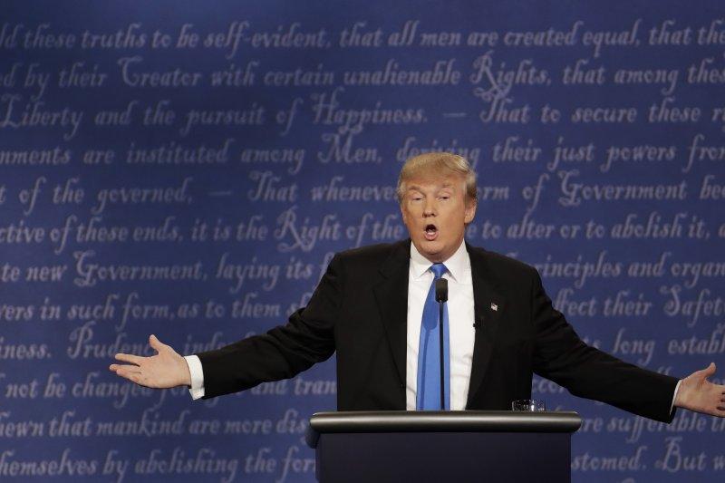 總統大選電視辯論會上的川普。(美聯社)