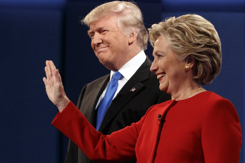希拉蕊與川普在首場辯論前與觀眾示意。(美聯社)