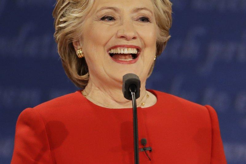 美國民主黨總統候選人希拉蕊在辯論時,全場面帶笑容。(美聯社)