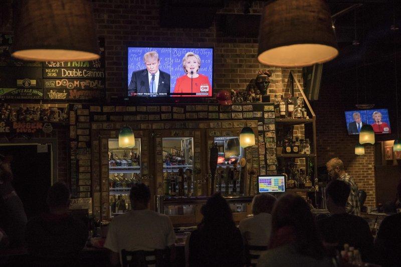 希拉蕊與川普首場電視辯論終於登場。(美聯社)