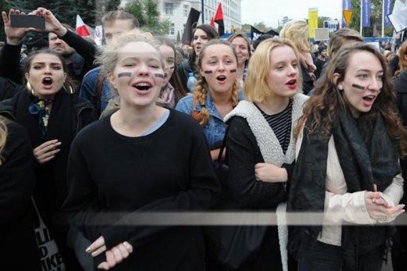 支持墮胎者身著黑衣,象徵女性的選擇權與未來之死。(美聯社)