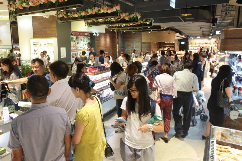 20160928-北市因應梅姬颱風,28日續放第二日颱風假,民眾也把握無風無雨的一天,紛紛外出至百貨商場及地下美食街。(顏麟宇攝)