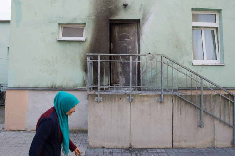 德國東部大城德勒斯登一處清真寺26日發生爆炸,一名老婦經過事發現場。(美聯社)