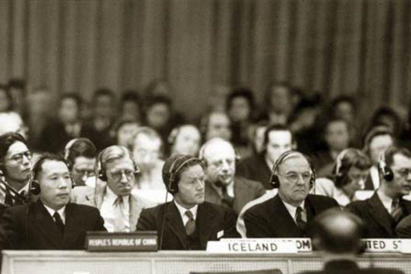 中華人民共和國代表伍修權(左1)出席聯合國安理會會議。(翻攝維基百科)