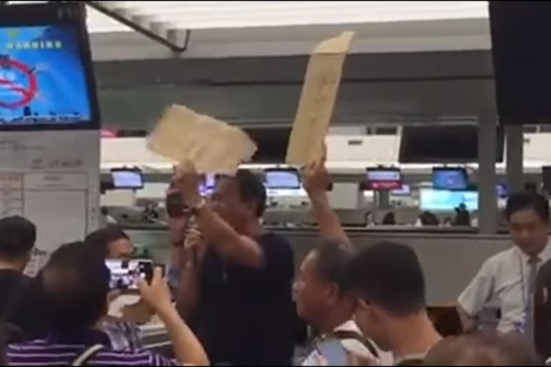 屏東縣議員張榮志「颱風取消班機,造成香港機場抗議」的畫面。(擷取自網路)