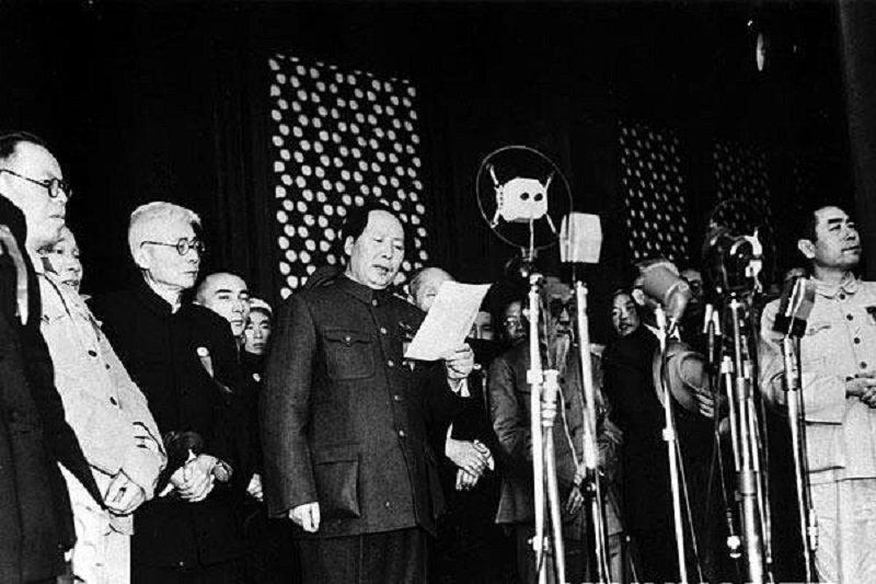 毛澤東在天安門城樓上宣布中華人民共和國中央人民政府成立(維基百科)