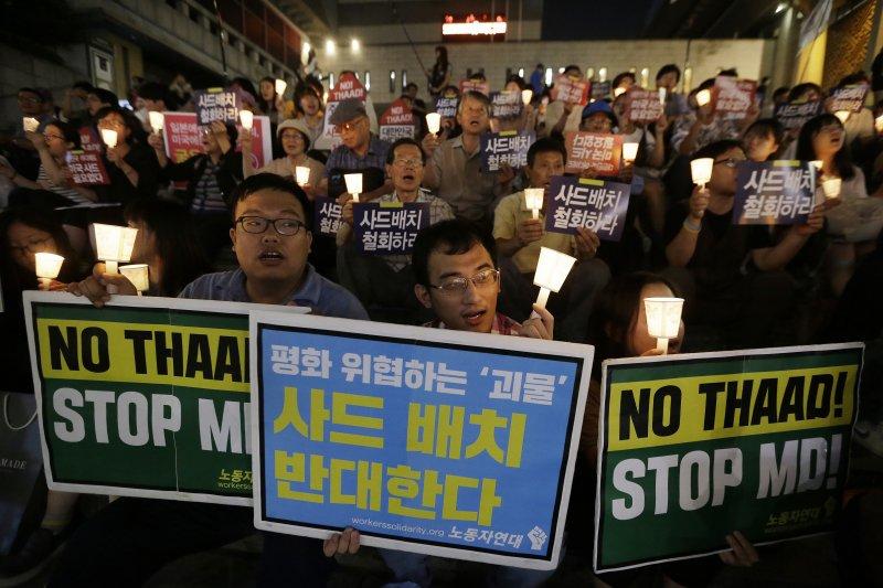 抗議「薩德」的韓國民眾高舉「不要薩德」的標誌。(美聯社)