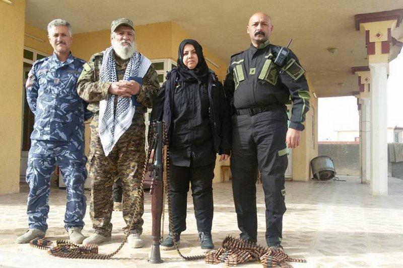 39歲伊拉克主婦哈娜蒂(右2)是IS的頭號刺殺目標之一。(翻攝臉書)