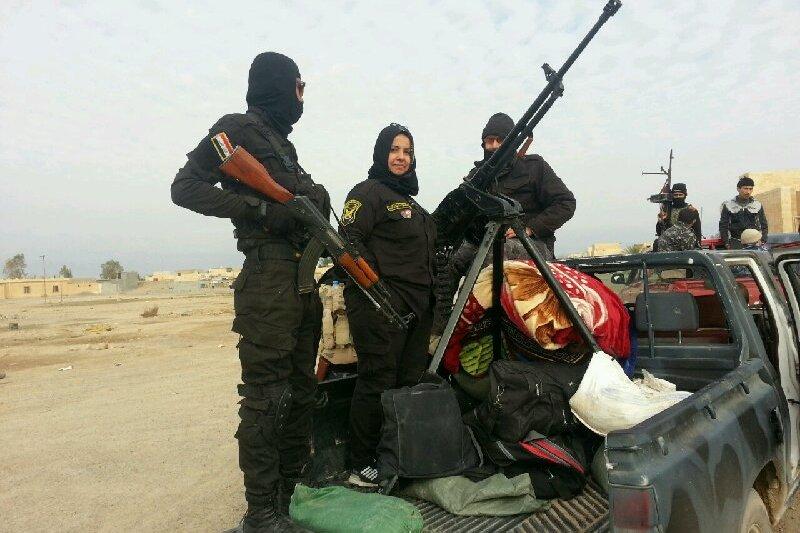 39歲伊拉克主婦哈娜蒂(中)是IS的頭號刺殺目標之一。(翻攝臉書)