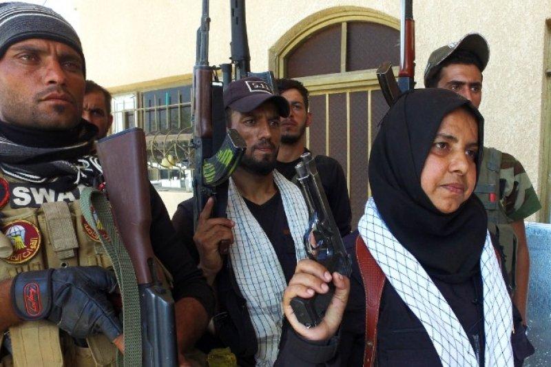 39歲伊拉克主婦哈娜蒂(右1)是IS的頭號刺殺目標之一。(翻攝臉書)