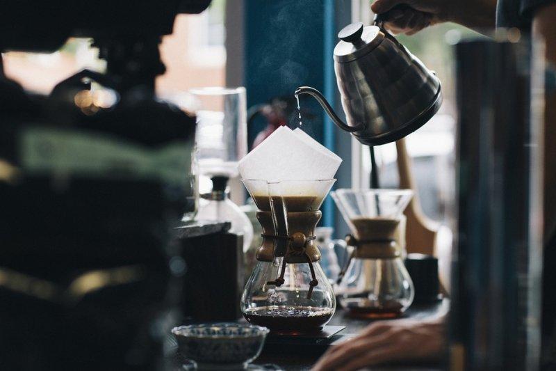 2016台灣手沖咖啡比賽冠軍陳輝桓在影片中示範使用梯形濾杯手沖咖啡,還不藏私公開小秘訣,讓民眾可以在家輕鬆享用好喝的手沖咖啡。(圖/Unsplash@Pixabay)