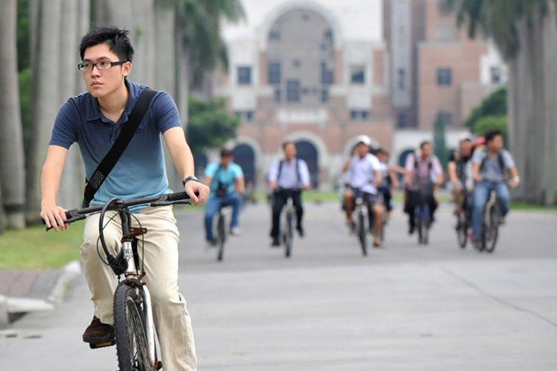一名學生在台大校園裏騎單車。攝:PATRICK LIN / AFP