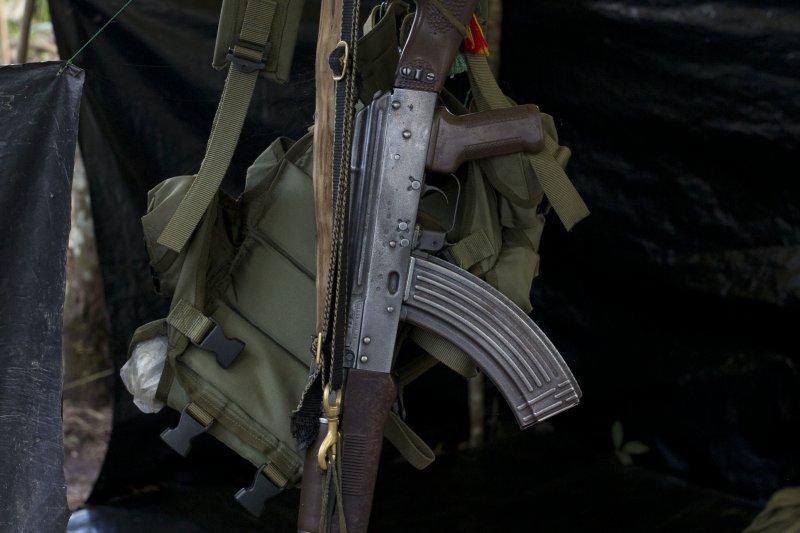 哥倫比亞南部城市亞里普蘭斯(Yari Plains)的一隅,掛著一把FARC成員的步槍。隨著FARC正式與政府簽署停火協議,雙方數十年來的惡戰也可望告終。(美聯社)