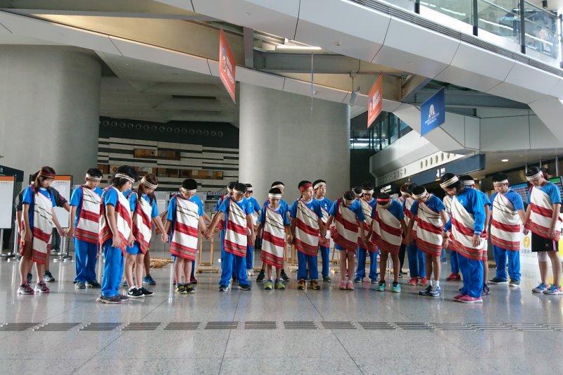 嘉興國小學童在參訪故宮南院前穿戴泰雅族傳統服飾,一齊表演母語合唱。(國立故宮博物院提供)