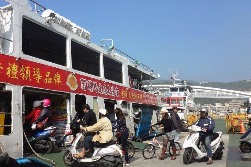 為了帶動觀光產業,高雄市長韓國瑜指示研議調降旗津渡輪票價,盼為旗津吸引更多的遊客。(資料照,取自高雄市交通局)