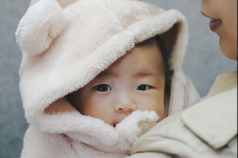 擁抱與身體接觸是孩子獲得安全感的基礎,也是培養依戀的原點。(圖/MIKI Yoshihito@flickr)
