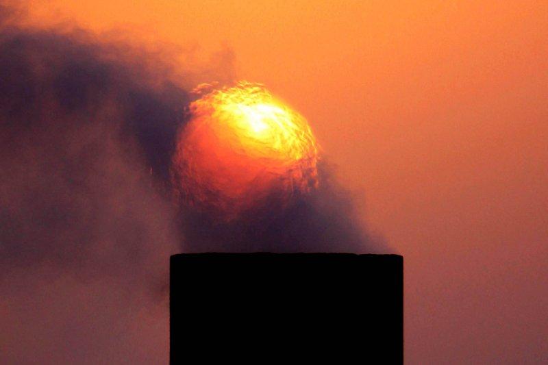 國際油價4月間大幅波動,期貨甚至以負值結算,令投資人震驚不已(AP)