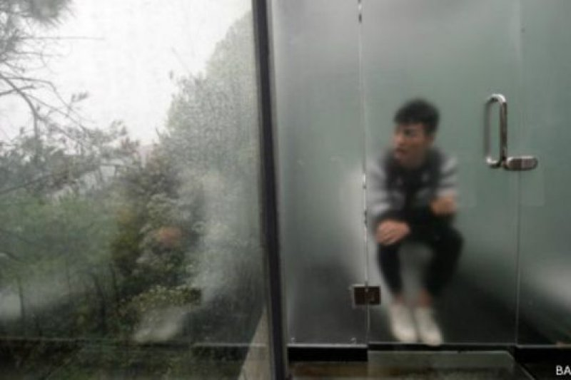去廁所可以欣賞風景是一件樂事,不過,門外的人同樣看到你進行人生大事。(BBC中文網)