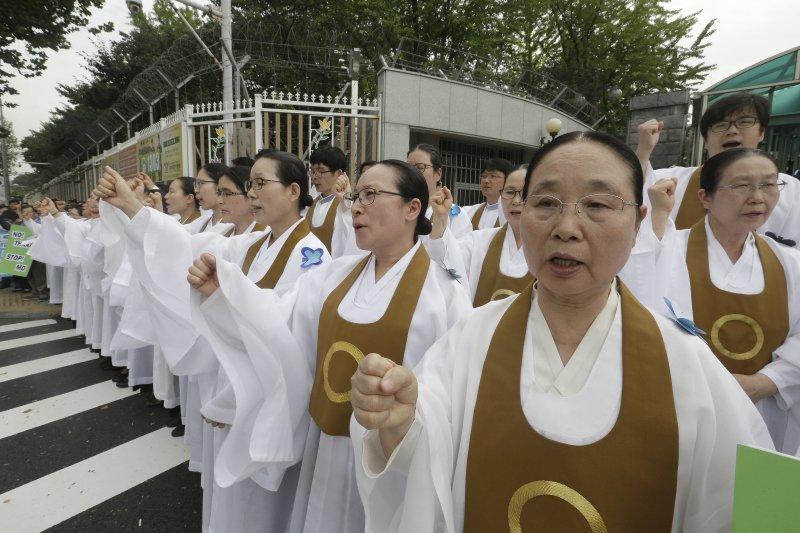 南韓終端高空防禦系統「薩德」(THAAD)確定落腳於星州高爾夫球場,「圓佛教」信徒抗議(AP)