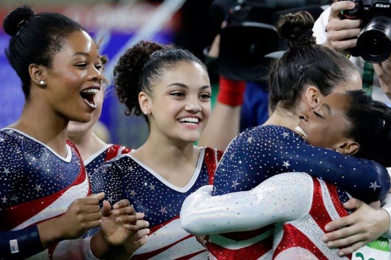 美國奧運女子體操隊「最後5人」(Final Five)的瑞斯曼(圖右二)在隊友拜爾斯(圖右一)奪金時興奮抱住她,左起為道格拉斯與赫南德茲。(AP)