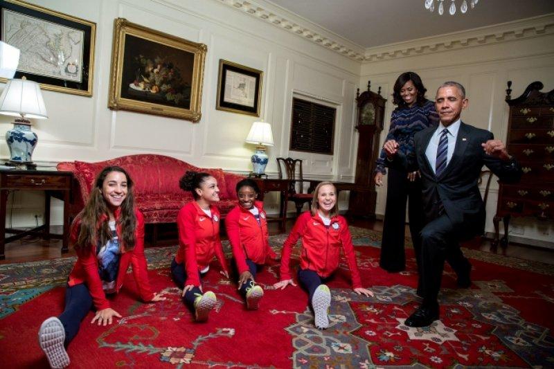 美國奧運體操金牌女將大鬧白宮 歐巴馬開心大秀劈腿(White House)